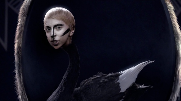 lady-gaga-applause-music-video-18